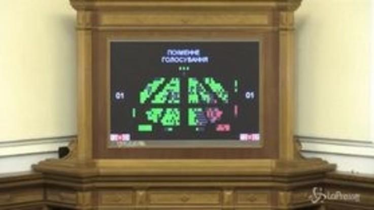 Via libera del Parlamento ucraino alla legge marziale