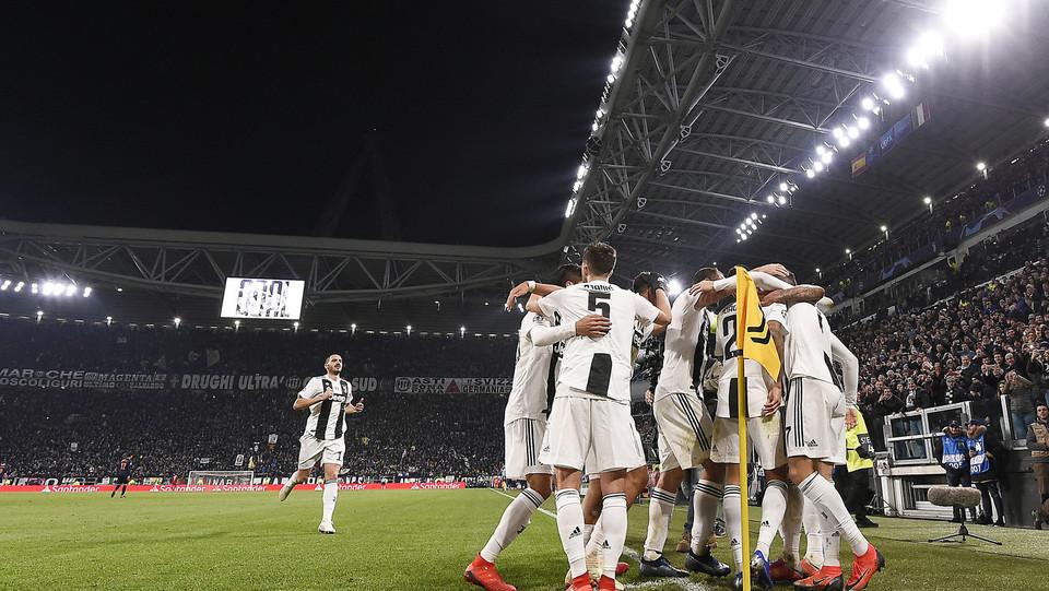 La Juve festeggia il gol contro il Valencia ©