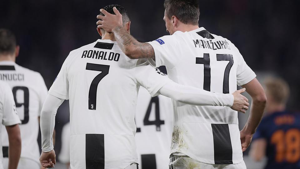 L'abbraccio tra Mandzukic e Ronaldo ©