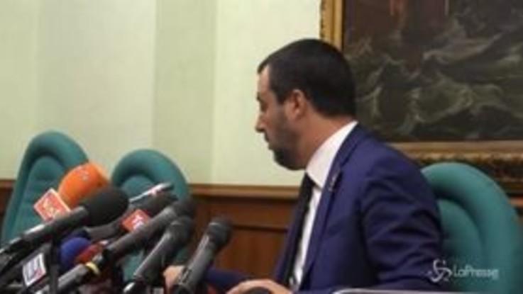 """A Salvini arriva l'sms con la fiducia al dl sicurezza: """"Ora l'esame di 140 ordini del giorno... ok, faremo notte"""""""