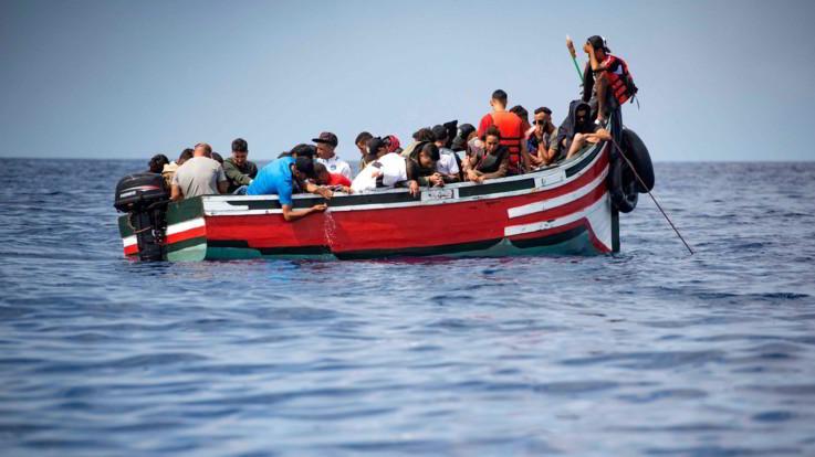 """Peschereccio con 12 migranti a bordo nel Mediterraneo. Spagna: """"In contatto con Italia e Malta per trovare un porto"""""""