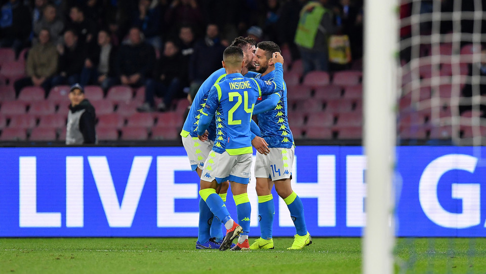 Mertens festeggia con i compagni dopo il 2-0 ©