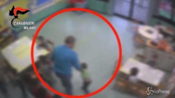 Presi a calci e buttati a terra, bimbi di due anni picchiati all'asilo: arrestato maestro a Milano