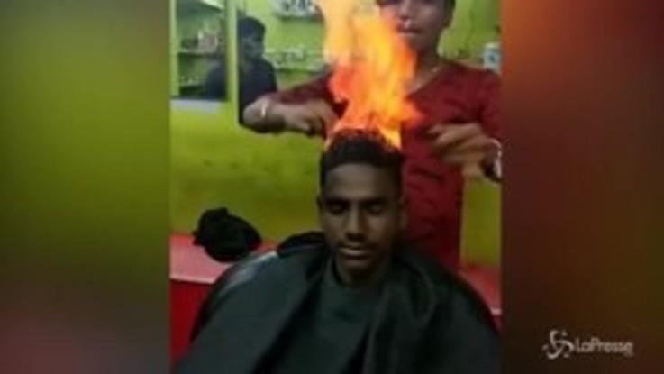 I capelli vanno a fuoco: la tecnica originale del barbiere indiano