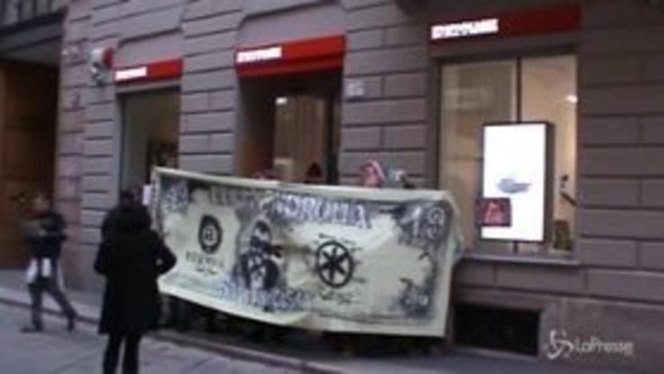 """Milano, flash mob dei centri sociali contro Salvini e Lega: """"Ladroni, ridateci i milioni"""""""