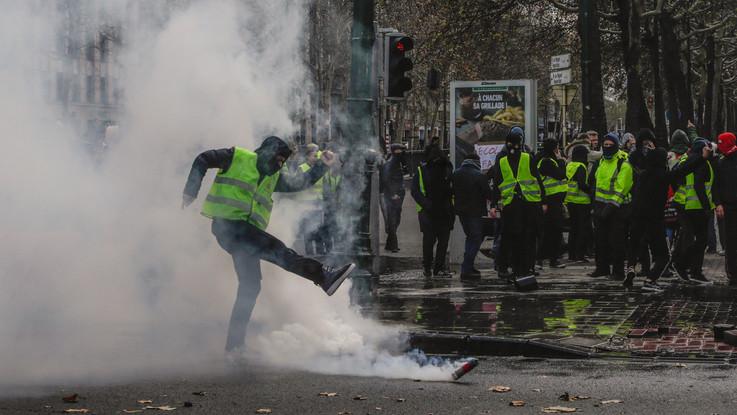 Parigi, nuova protesta dei 'Gilet gialli': scontri e decine di fermi sugli Champs-Élysées