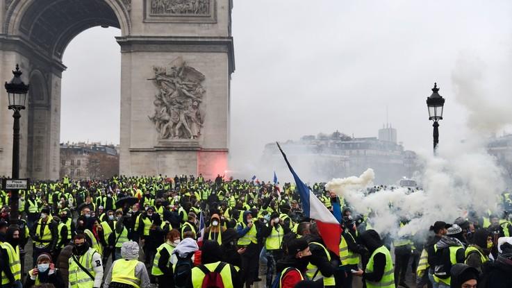 Parigi, nuova protesta dei 'Gilet gialli': scontri e oltre 250 fermi sugli Champs-Élysées
