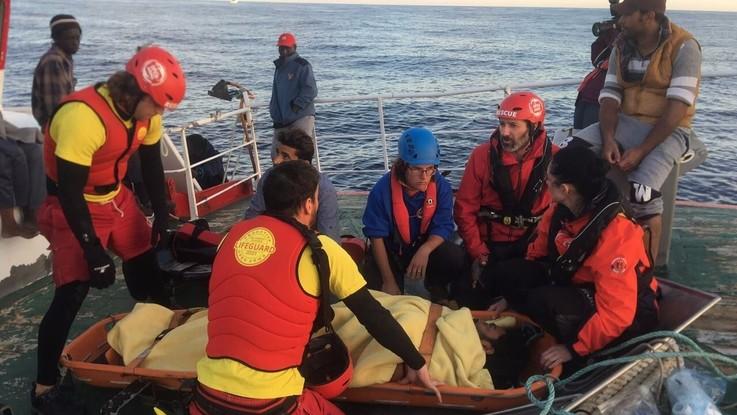 """Peschereccio da 9 giorni in mare con 12 migranti salvati: """"Arriva il maltempo, ci serve un riparo"""""""
