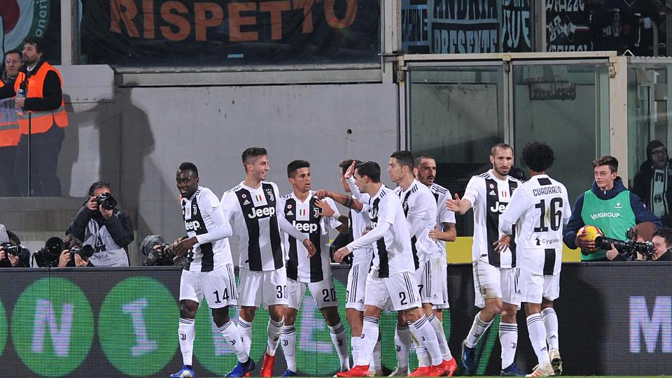 Rodrigo Bentancur (Juventus) festeggia con i compagni di squadra il gol dello 0-1 ©