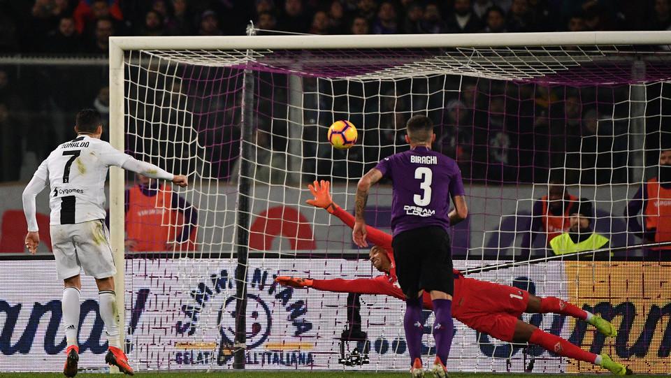 Ronaldo batte il rigore assegnato alla Juventus e firma il terzo gol per i bianconeri ©