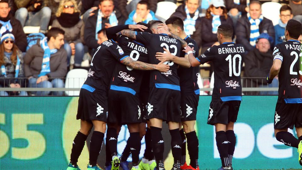 La gioia dei compagni di squadra per il gol di Caputo ©