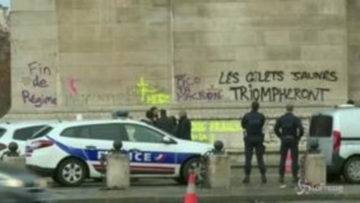 """Parigi, dopo gli scontri """"le pulizie"""" sugli Champs-Élysées"""