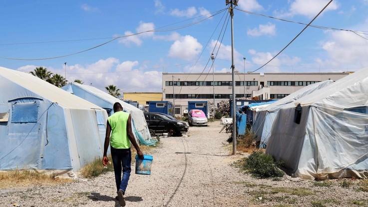Incendio nella tendopoli di San Ferdinando: muore un migrante