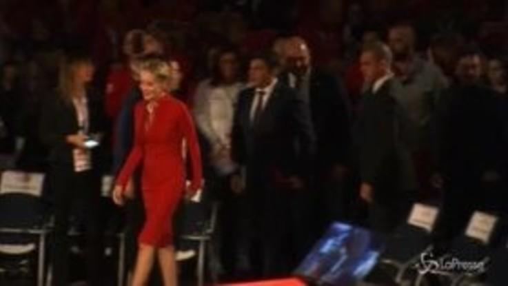 """Roma, Sharon Stone commossa alla premiazione della Croce Rossa: """"I migranti hanno bisogno del nostro aiuto"""""""