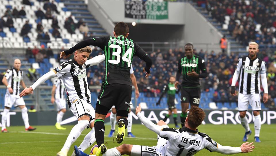 Federico Di Francesco (U.S. Sassuolo) in azione contrastato da Jens Stryger Larsen (Udinese Calcio) e Hidde ter Avest (Udinese Calcio) ©