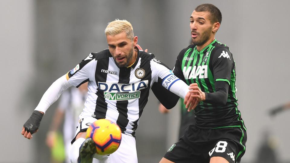 Valon Behrami (Udinese Calcio) in azione contrastato da Mehdi Bourabia (U.S. Sassuolo) ©