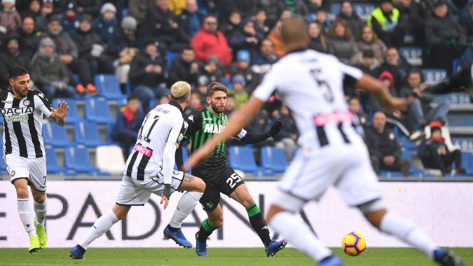 Domenico Berardi (U.S. Sassuolo) in azione contrastato da Valon Behrami (Udinese Calcio) ©