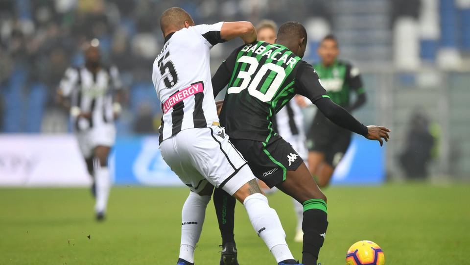Khouma El Babacar (U.S. Sassuolo) in azione contrastato da William Ekong (Udinese Calcio) ©