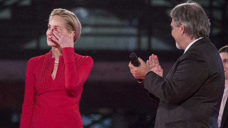 """Roma, a Sharon Stone la medaglia d'oro della Croce Rossa: """"Un grandissimo onore"""""""