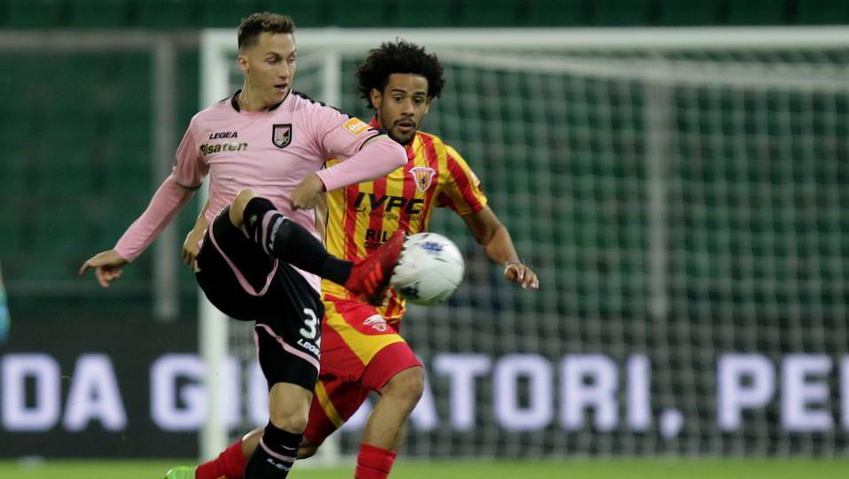 Palermo-Benevento 0-0. Haas contro Tello ©