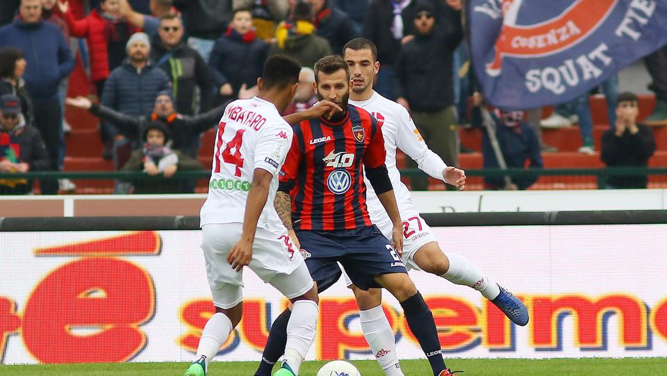 Cosenza-Padova 2-1. Bruccini contro Zapataro ©