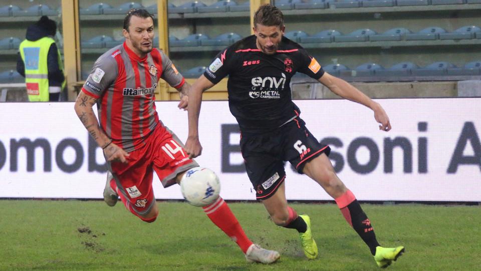 Cremonese-Crotone 1-0. Mogos contro Rohden ©