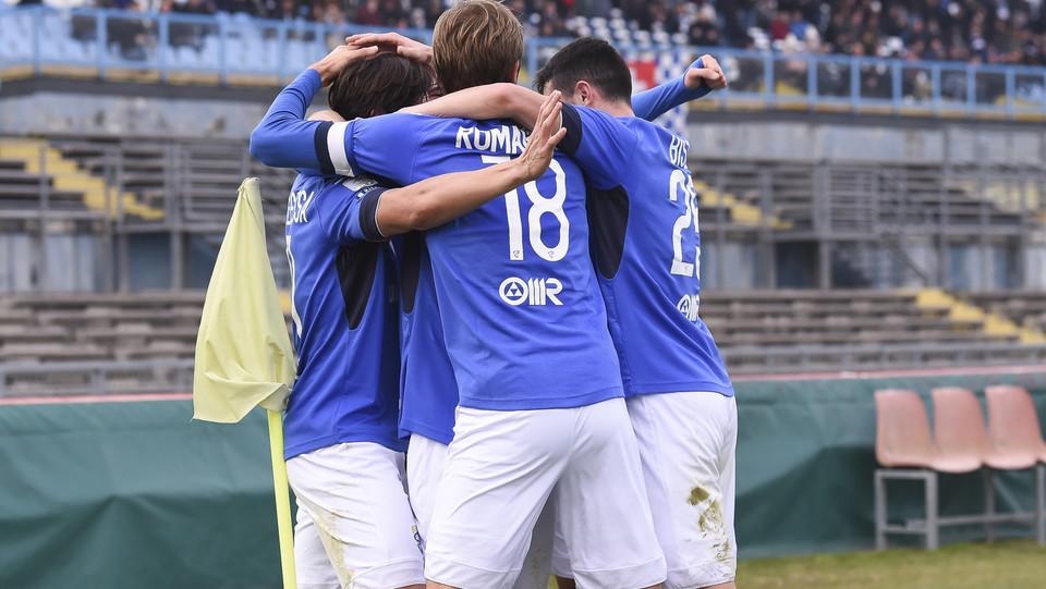 Brescia-Livorno 2-0. Torregrossa festeggiato dai compagni ©