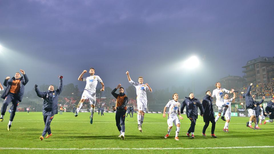 Carpi-Lecce 0-1. Gli ospiti festeggiano la vittoria sotto la curva ospiti ©