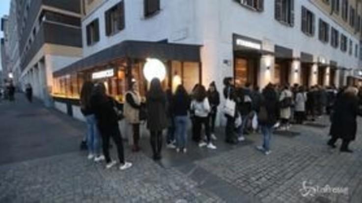 Milano, l'interminabile fila al secondo Starbucks