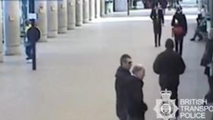 Ladro fermato dallo sgambetto di un passante