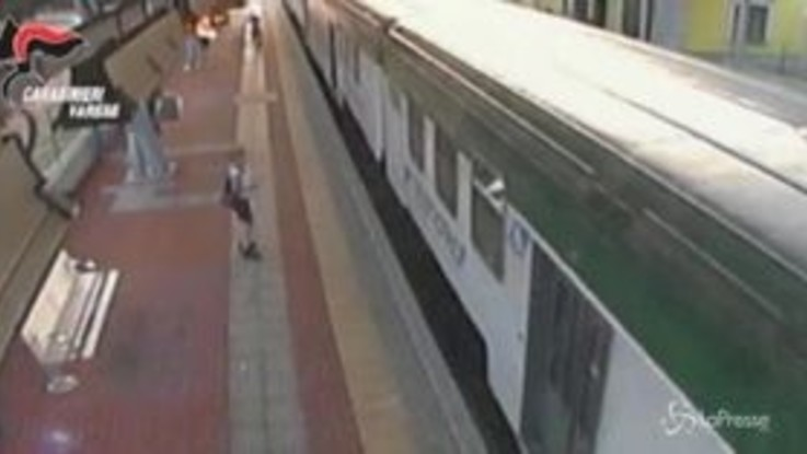 Saronno, violentò 16enne fuori dalla stazione: le immagini del sottopasso
