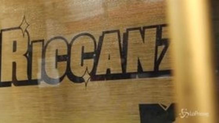 Milano, pensilina d'oro per i passeggeri in attesa del bus: la promo di Riccanza3