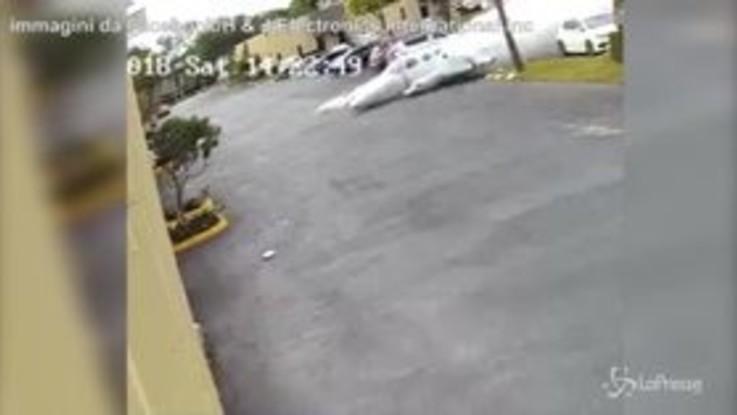 Tragedia in Florida, aereo precipita in città: lo schianto nelle telecamere di sorveglianza