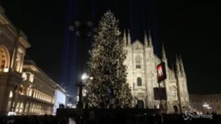 Milano, acceso l'albero di Natale in Piazza Duomo