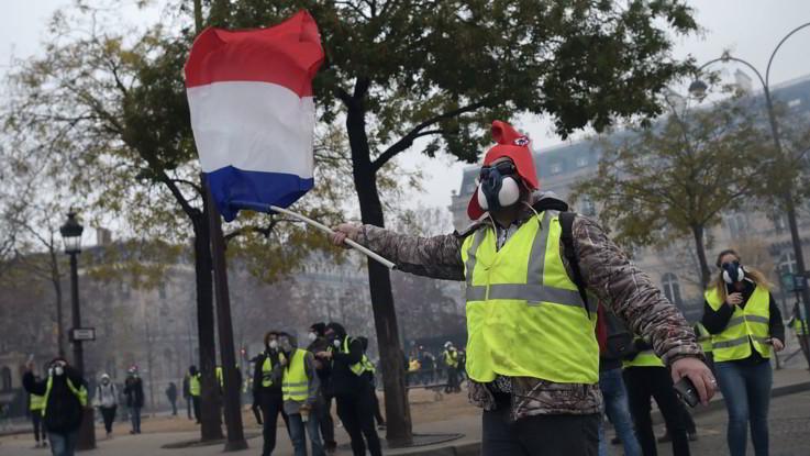 """Francia, vittoria dei """"gilet gialli"""", l'ecotassa sulla benzina annullata per tutto il 2019"""