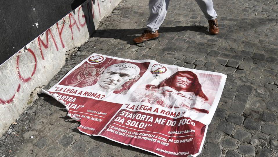 Anche Caligola e Giordano Bruno sono contro Salvini. I manifesti in piazza San Calisto ©