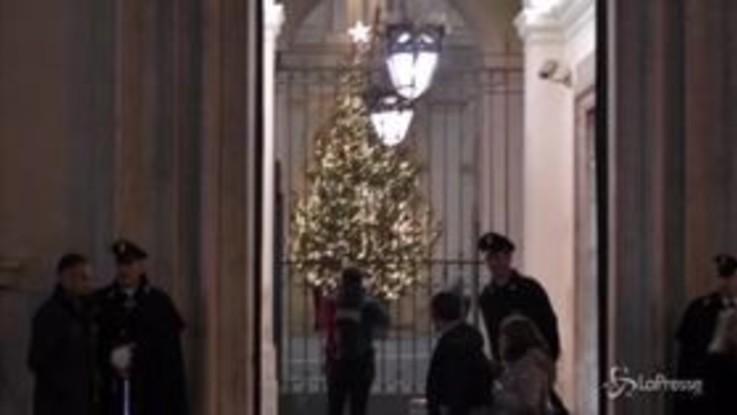 """Roma, dopo """"Spezzacchio"""" anche Palazzo Chigi ha il suo albero di Natale"""