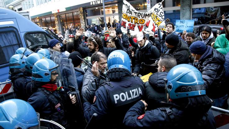 Scala, alla prima in scena anche protesta: Cub e antagonisti contro Tav e governo