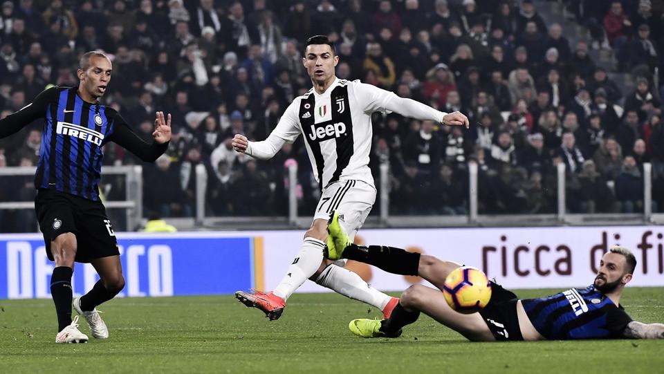 Cristiano Ronaldo contrastato da Brozovic in scivolata ©