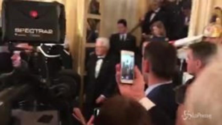 Mattarella nel foyer della Scala: ancora applausi per il Presidente