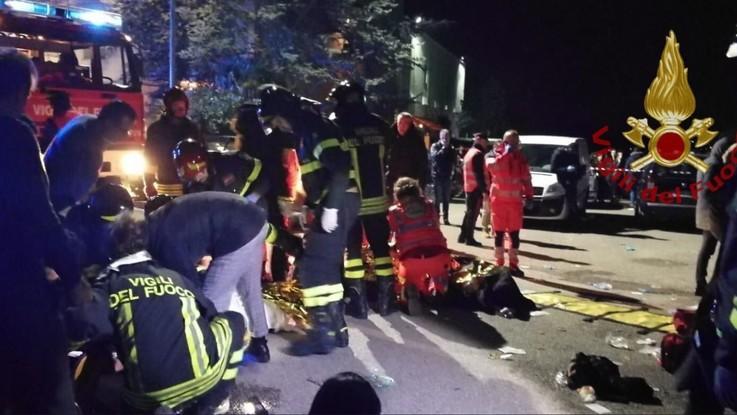 Ancona, panico in discoteca per spray urticante: sei morti nella calca al concerto di Sfera Ebbasta