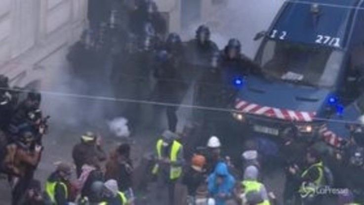 Parigi, i primi scontri durante la manifestazione dei gilet gialli