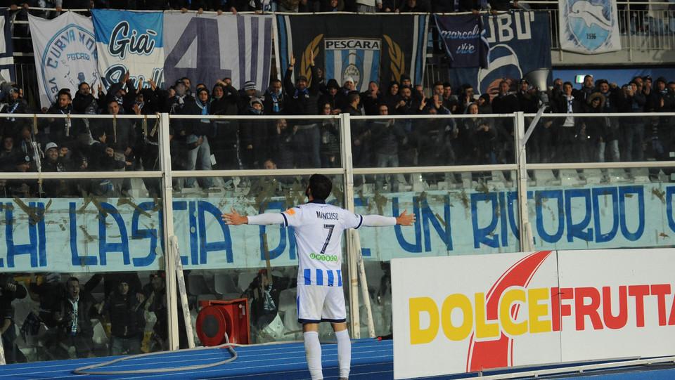 Pescara-Carpi 2-0. Mancuso raddoppia e festeggia con la curva ©