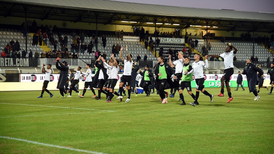 Spezia-Cosenza 4-0. L'esultanza dei liguri sotto la curva a fine match ©