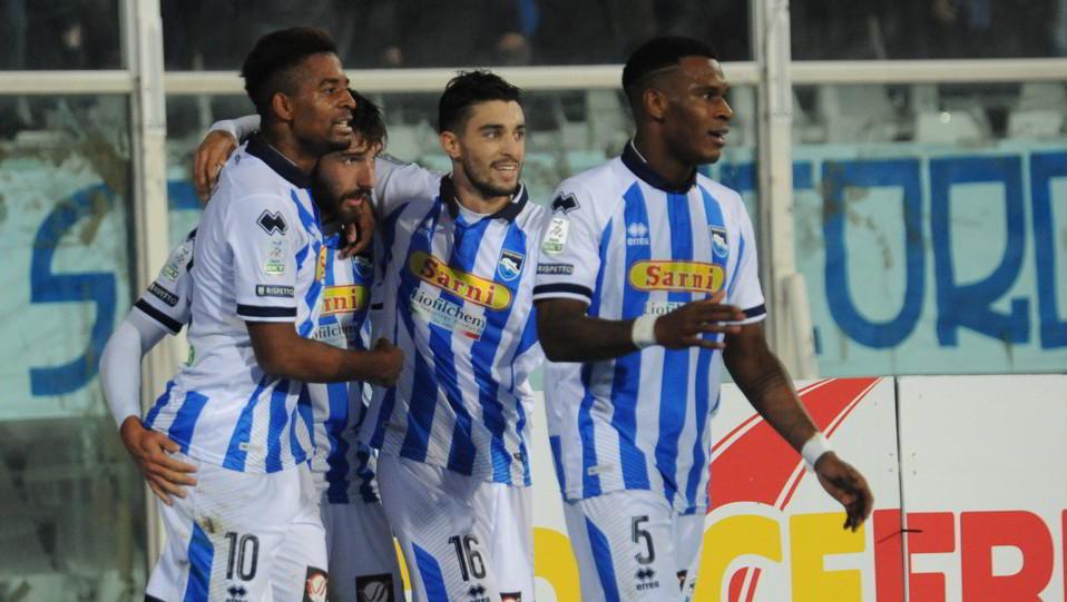 Pescara-Carpi 2-0. Mbaye fa autogol e gli abruzzesi festeggiano il vantaggio ©