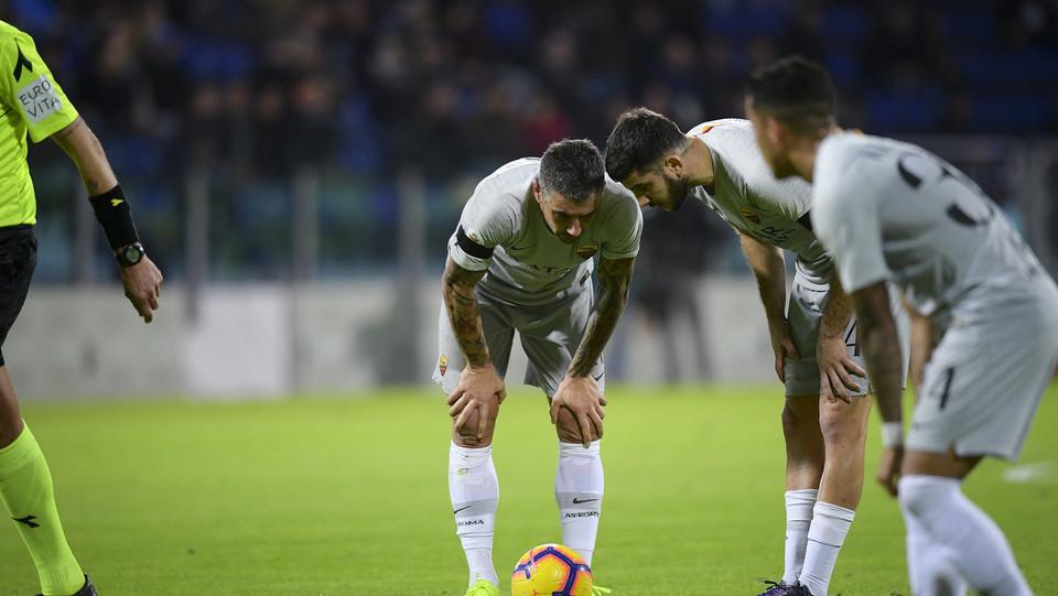Kolarov con Manolas prima del calcio di punizione del 2-0 ©
