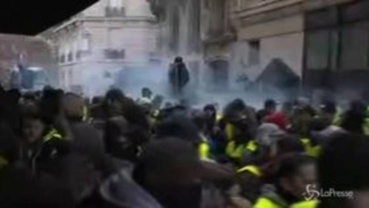 Parigi, i Gilet gialli non si fermano: oltre 700 arresti e decine di feriti