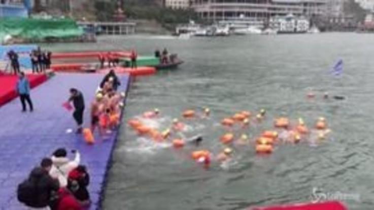 Cina, in centinaia nuotano nelle acque gelate del fiume Yangtze