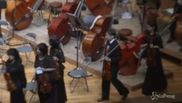 Giappone, il principe ereditario Naruhito suona la viola a un concerto