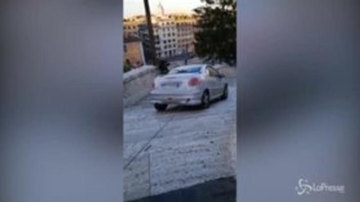 Roma, auto finisce sulla scalinata di Trinità dei Monti
